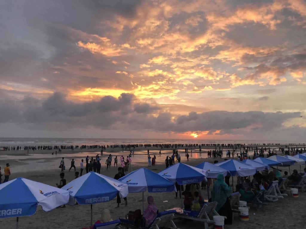 turisti-tramonto-spiaggia