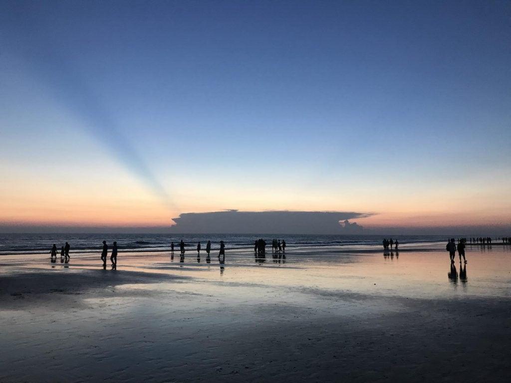 tramonto-spiaggia-turisti
