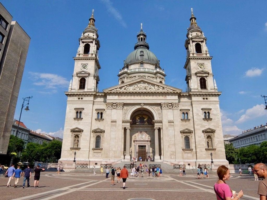La facciata principale della Basilica di Santo Stefano a Budapest