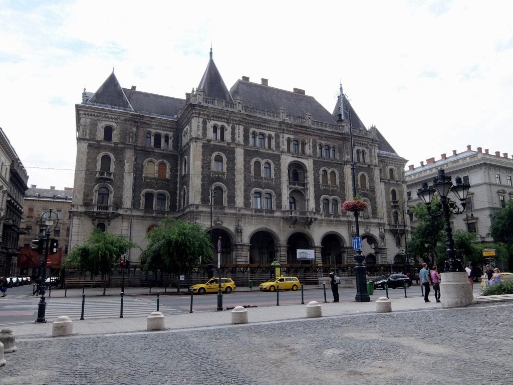 Un edificio di fronte al teatro dell'opera in Andrassy Avenue a Budapest