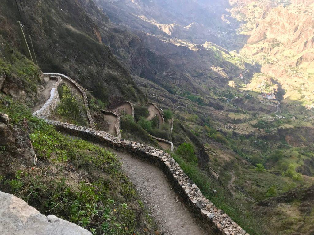 Sentiero in discesa verso Capo de Ribeira