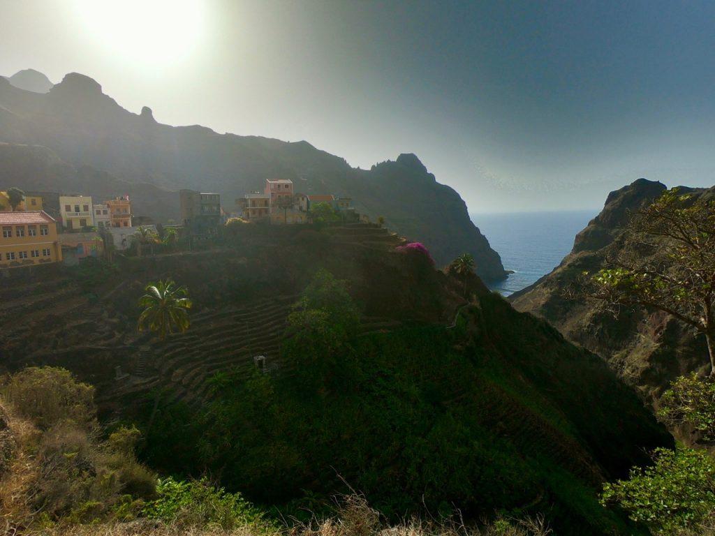 Il villaggio di Fonainhas arroccato su una costa