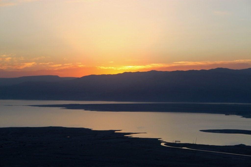 L'alba sopra il Mar Morto e la Giordania vista dalla fortezza di Masada