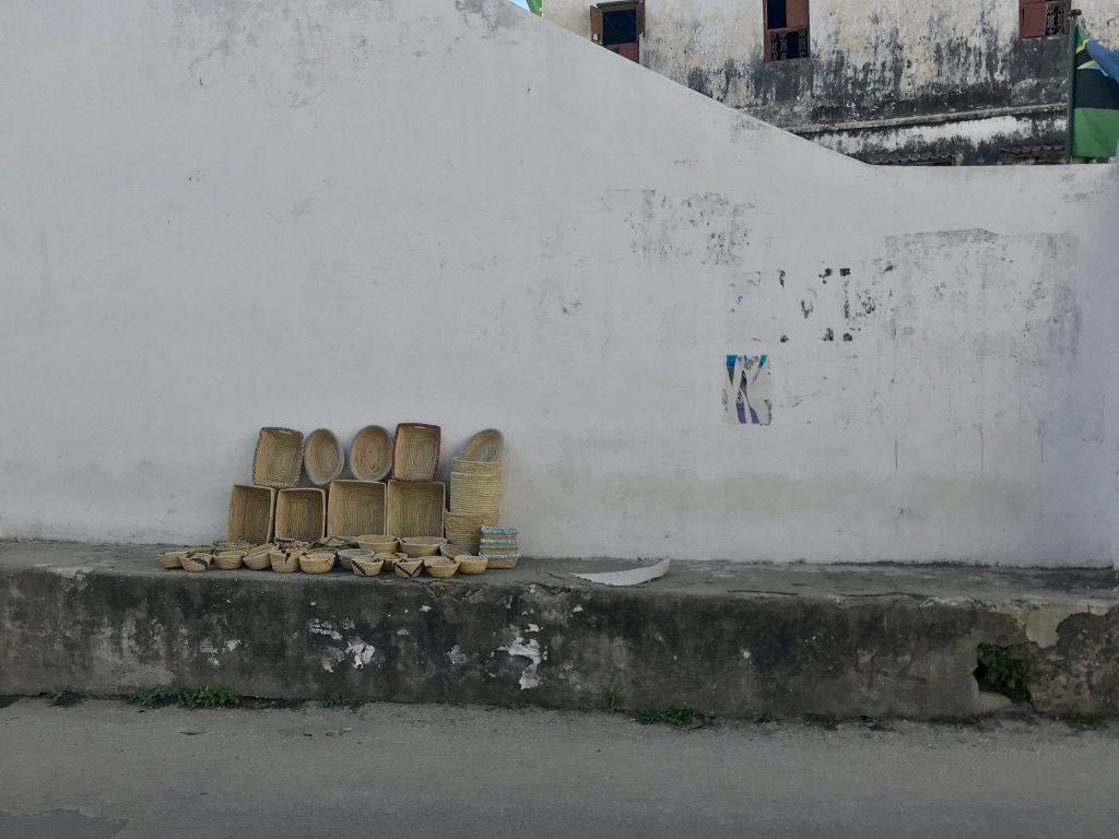 Dei cestini in vendita in una via di Stone Town