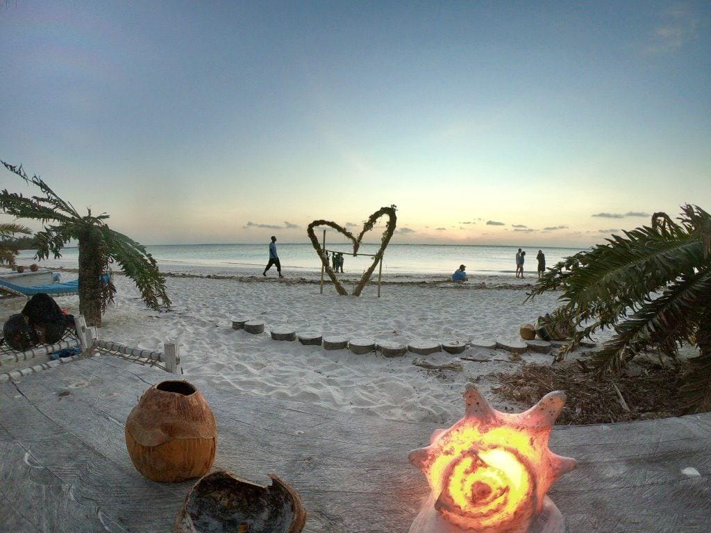 La spiaggia di Michamvi con un cuore gigante