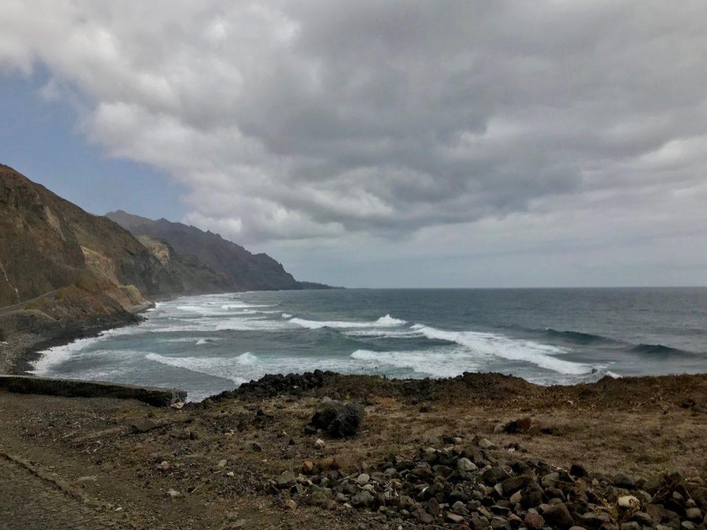 La costa di Santo Antao con il cielo nuvoloso