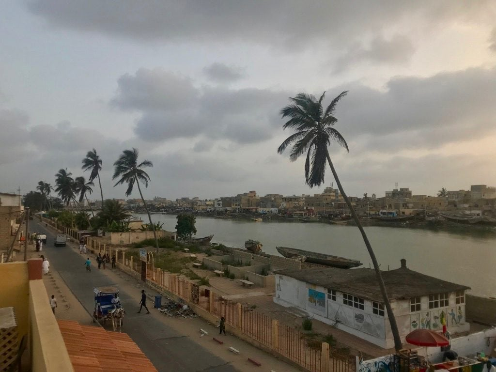 Il fiume Senegal a Saint-Louis, con sullo sfondo la Langue de Barberie