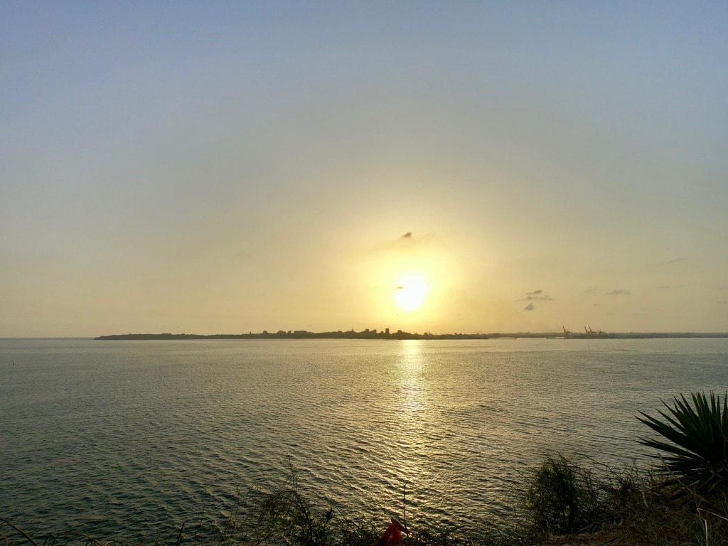 Il sole che tramonta dietro Dakar visto da Gorée