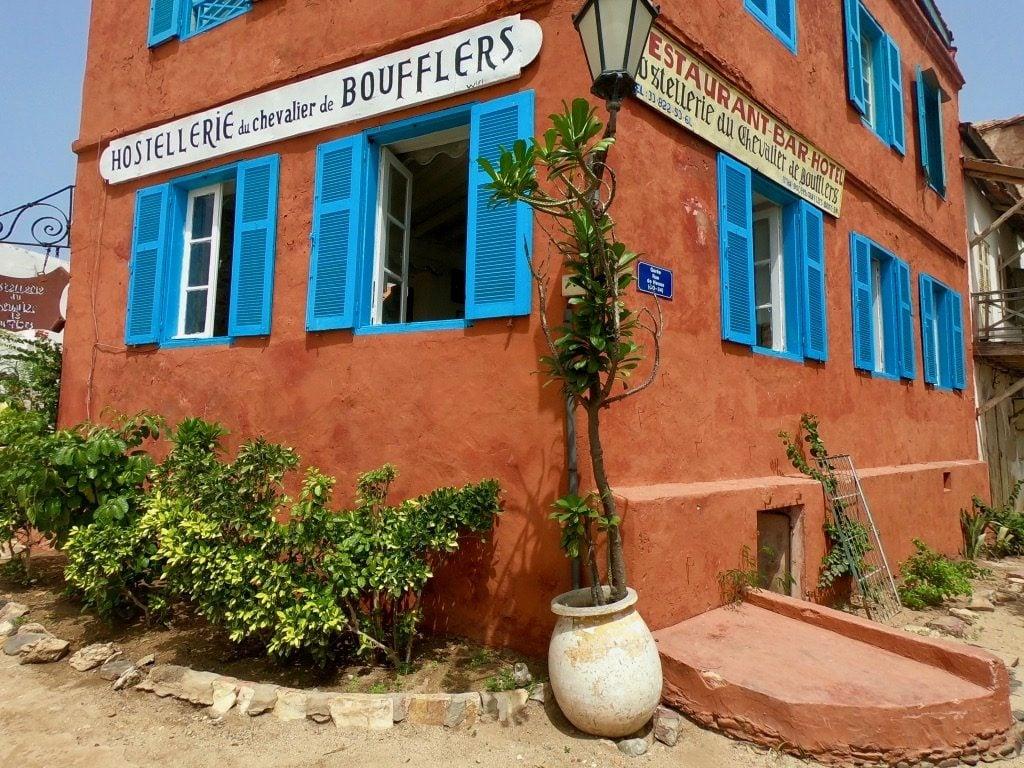 Una casa rossa con persiane blu a Gorée