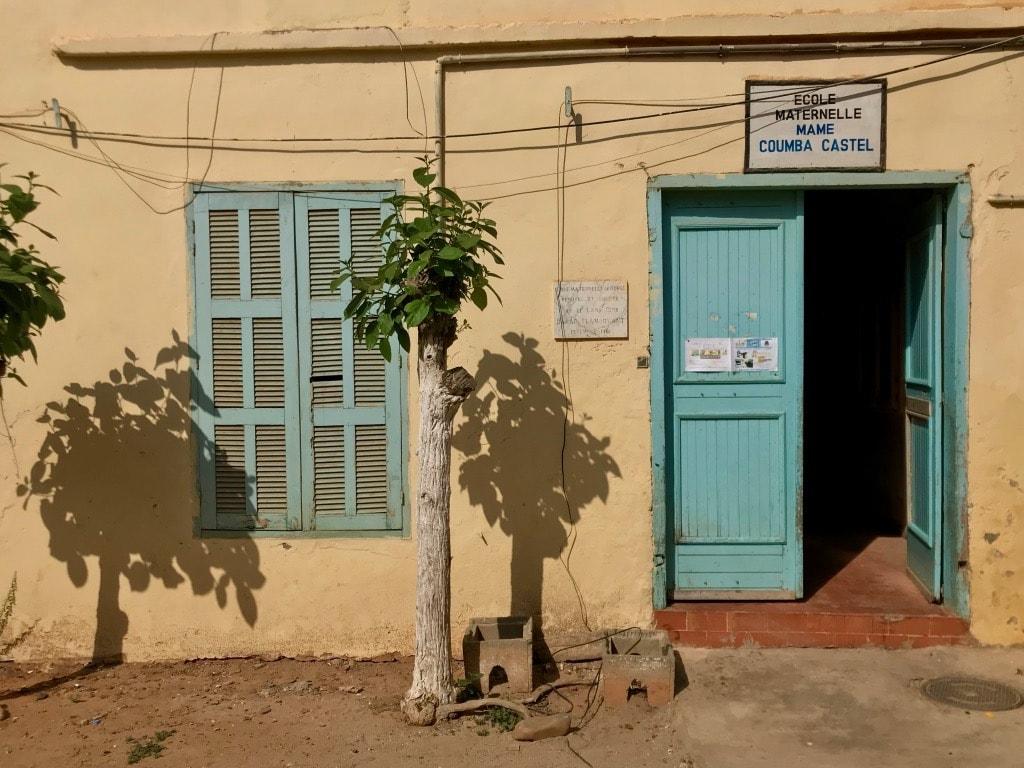 Una porta e una finestra azzurra della scuola materna di Gorée