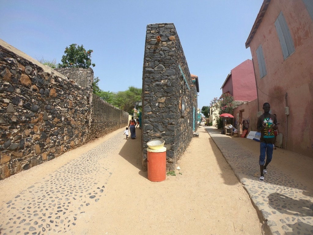 Un incrocio tra due strade quasi parallele a Gorée