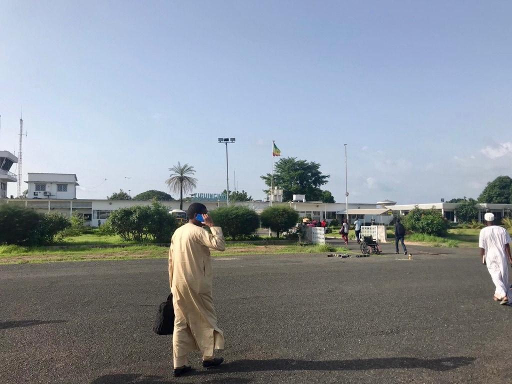 Persone camminano sulla pista dell'aeroporto di Ziguinchor