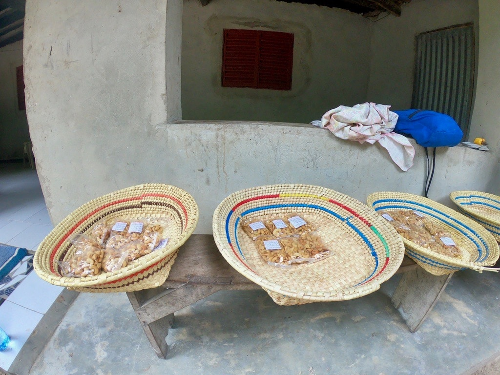 Gli anacardi pronti da comprare in esposizione alla fabbrica di Joseph