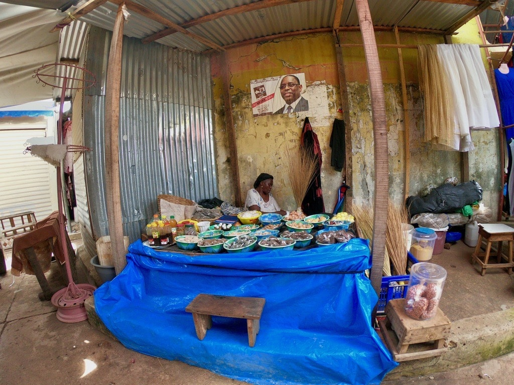 Una venditrice di cibo al mercato di Saint-Maur-des-Fossés