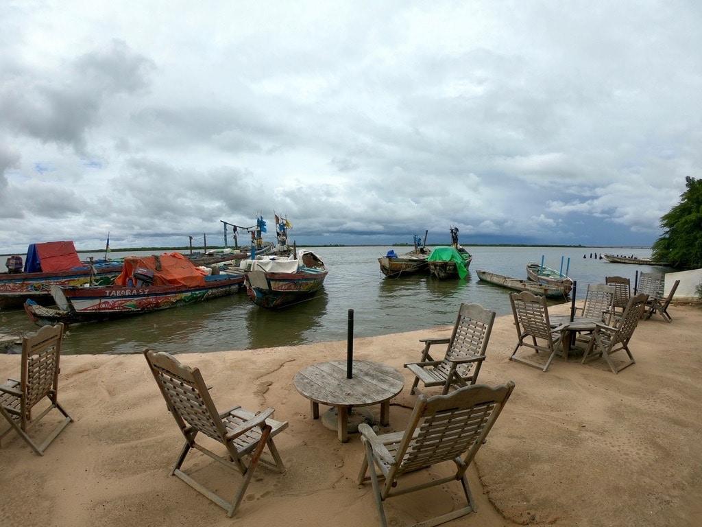 Tavolini del Perroquet e piroghe sul fiume Casamance