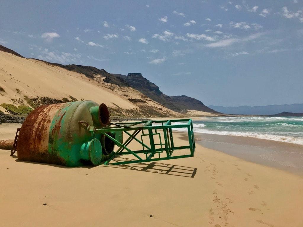 Una boa per navi mercantili arenata sulla spiaggia di Sao Vicente
