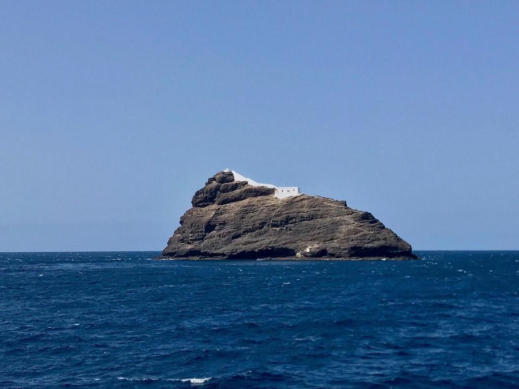 Il faro di D. Luis sullo scoglio all'entrata del porto di Mindelo