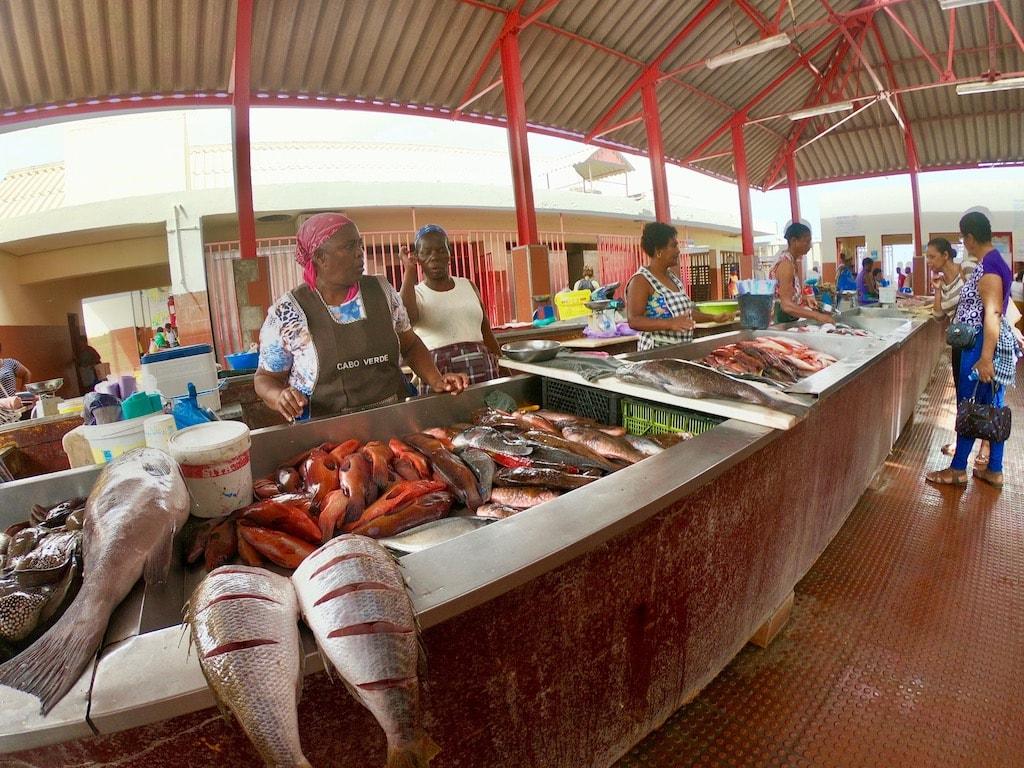 Il mercato del pesce, con donne che vendono i loro pesci