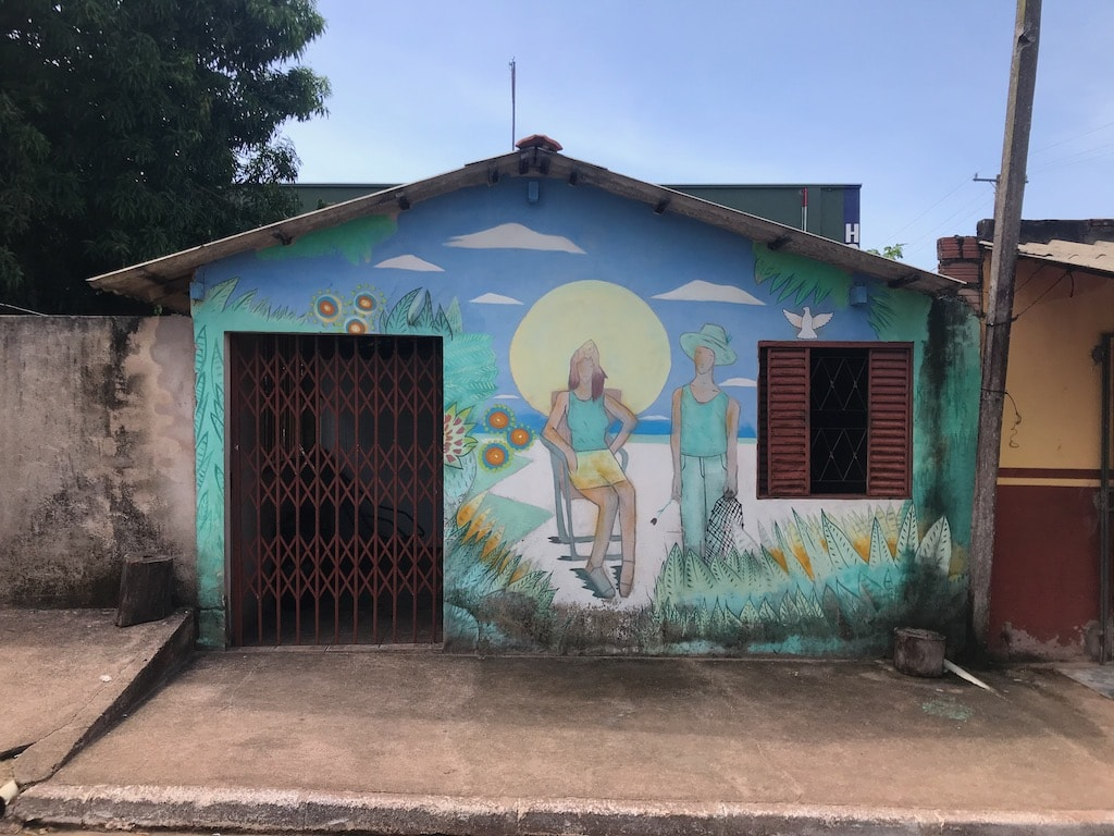 Una casa con un murales azzurro ad Alter do Chao