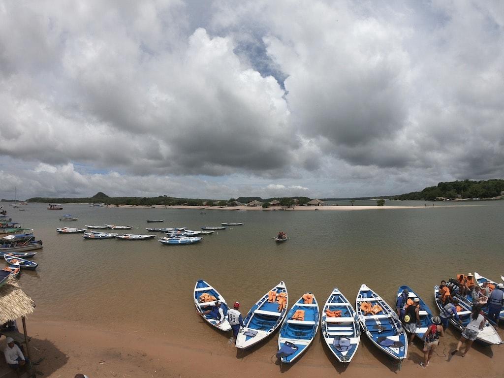 La spiaggia di Ilha do Amor ad Alter do Chao, con le imbarcazioni che ti ci portano