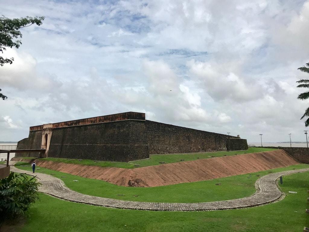 Le mura del Forte do Presepio a Belem