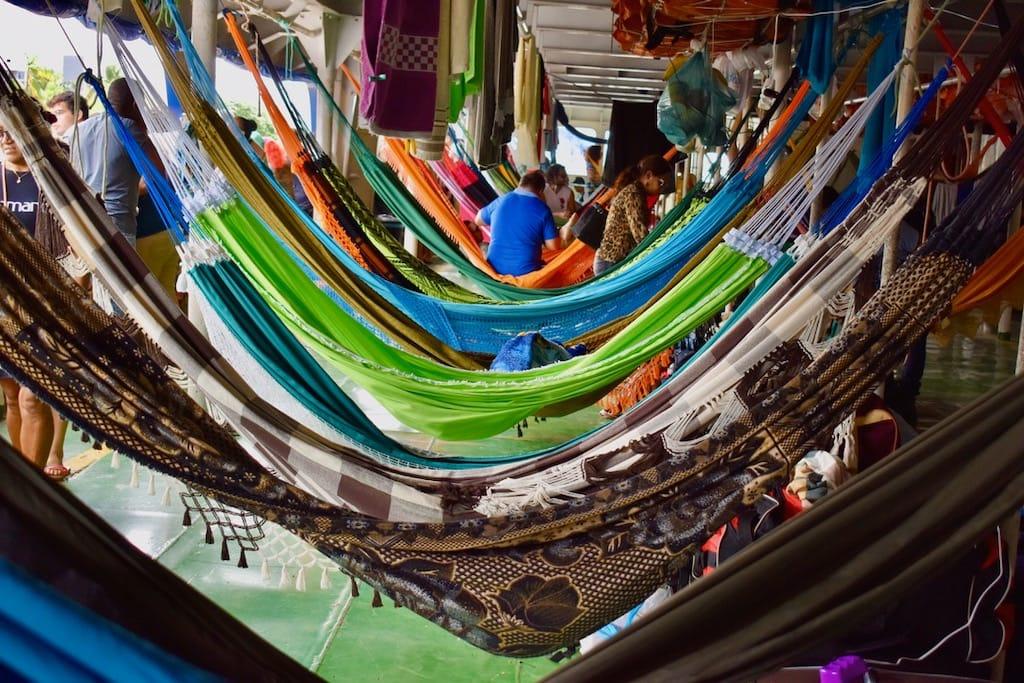 Amache una di fianco all'altra sulla barca che attraversa il Rio delle Amazzoni