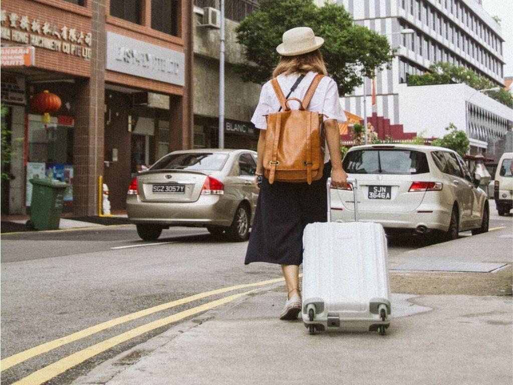 Ragazza che trascina una valigia in carbonio