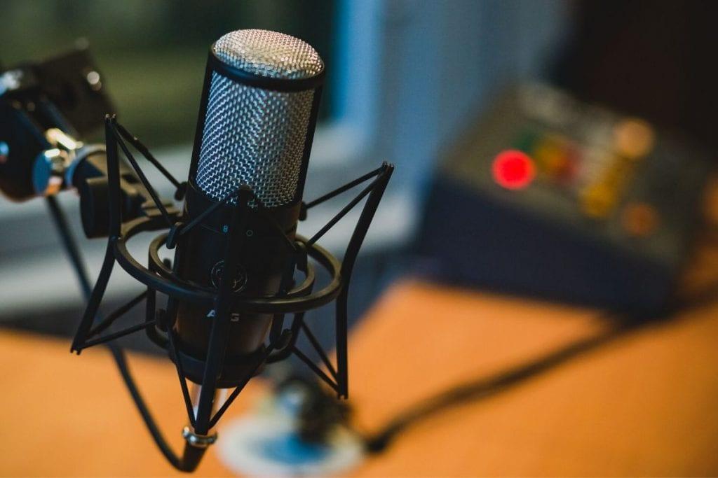 Un microfono per registrare i migliori podcast per cooperanti
