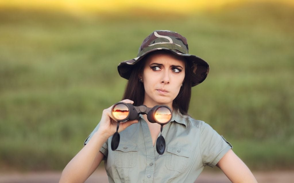 abito safari e binocolo