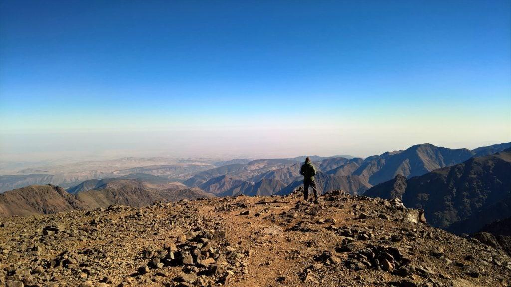 vista dalla cima del trekking sul monte toubkal in marocco